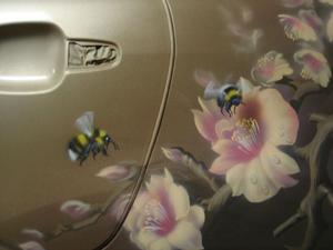 Аэрография пчёлы на цветах