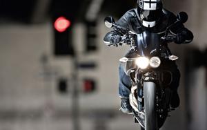 Использование мотоциклетного шлема